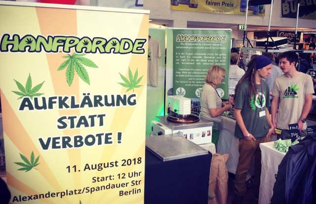 Am gemeinsamen Stand der Hanfparade und des Hanf Museums auf der Cultiva 2017 werden Hanfsamen geröstet und für den Verkauf abgepackt