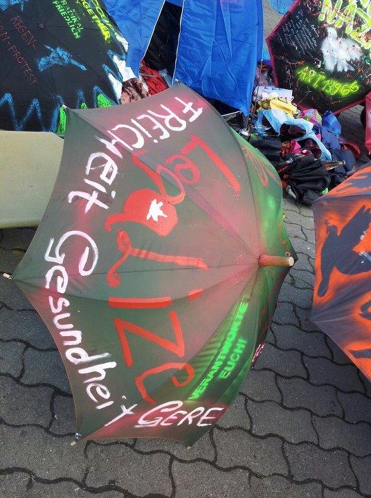 Foto von der Regenschirmaktion auf dem Alexanderplatz zur Hanfparade 2012