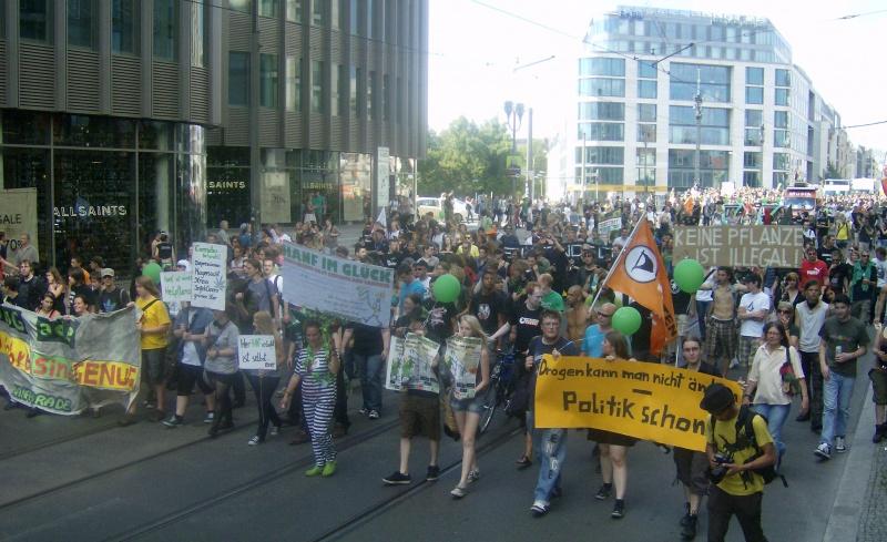 """Foto der Hanfparade 2011 mit dem Frontbanner """"40 Jahre sind genug - BtMG ade!"""" auf der Friedrichstraße"""