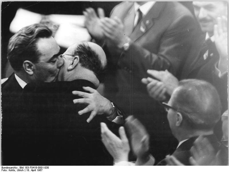 Abbildung: Foto der Umarmung von Walter Ulbricht und Leonid Breshnew