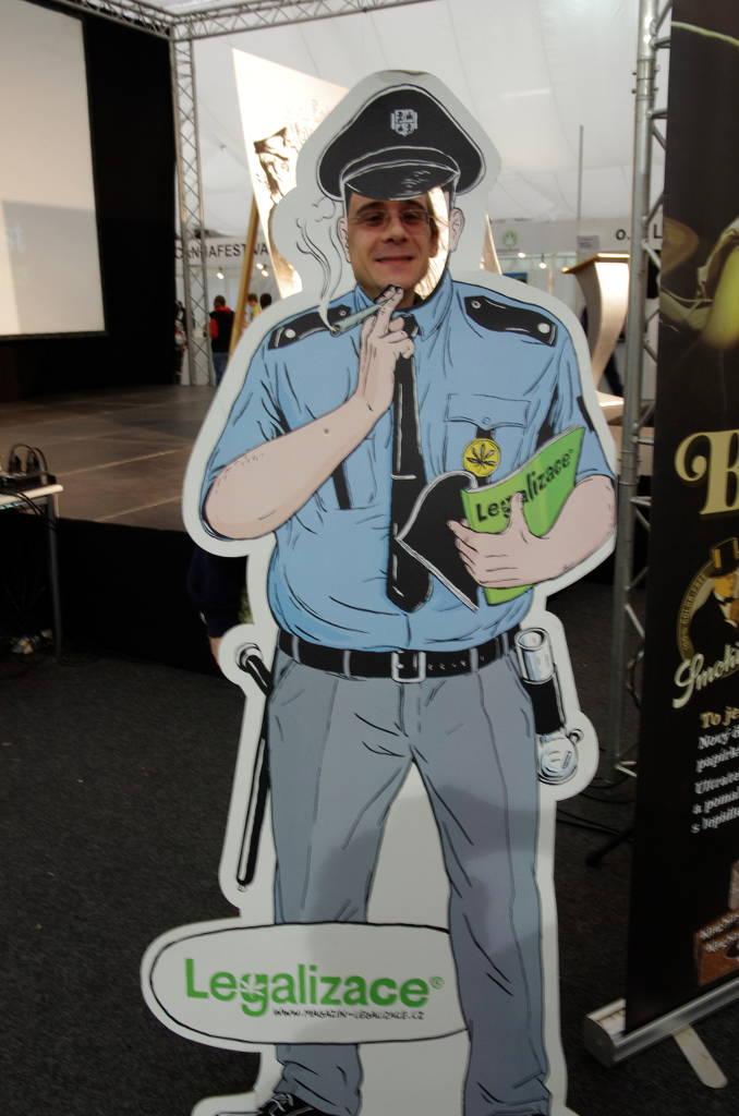 Foto von Tribble hinter einem Papp-Polizisten auf dem Cannafest 2013