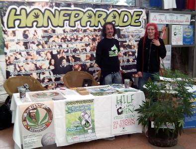 Foto des Hanfparade-Stands auf der Cultiva 2013 mit Locke und Steffen