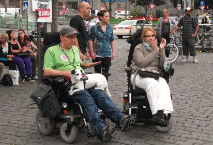 Foto von im Rollstuhl sitzenden Cannabispatienten bei der Kundgebung