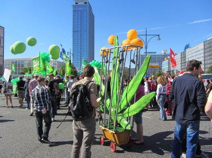 Foto von der FSA Demo 2013, im Vordergrund die mobile Hanfblatt-Skulptur mit Überwachungskameras