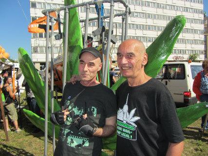 Foto von Thomas und Hans vom Hanfparade-Team vor der Hanfblatt-Skulptur auf der FSA Demo 2013