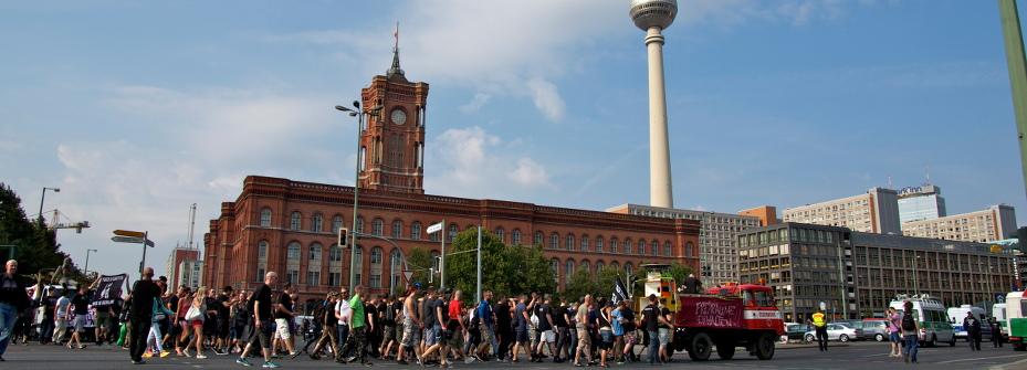Foto von der Spitze des Fuckparade-Umzugs 2014 vor dem Berliner Rathaus