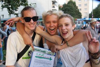 Foto beim Sammeln von Unterschriften mit Fuckparade-Teilnehmerinnen