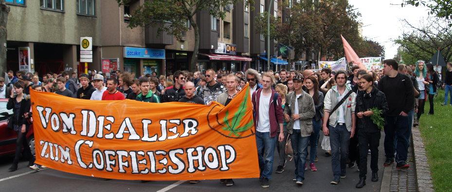 Foto des Demonstrationszugs auf der Straße mit Frontbanner