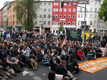 Foto von sitzender Menge auf dem Heinrichplatz