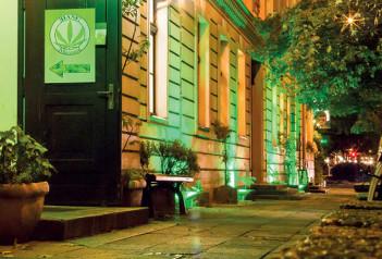 Foto vom Eingang des Hanf Museums bei Nacht