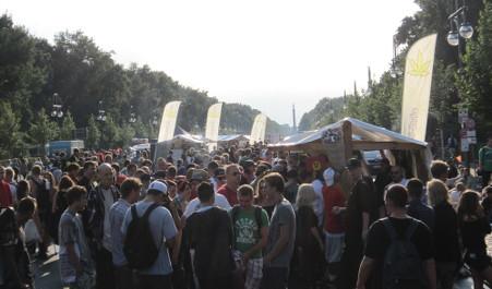 Foto vom Markt der Möglichkeiten auf der Schlusskundgebung mit Menschenmassen