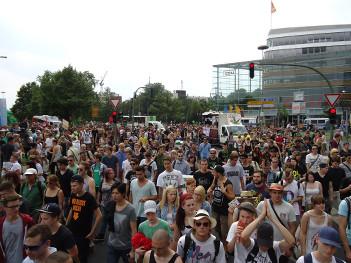 Foto der Menschenmasse beim Demonstrieren auf der Straße