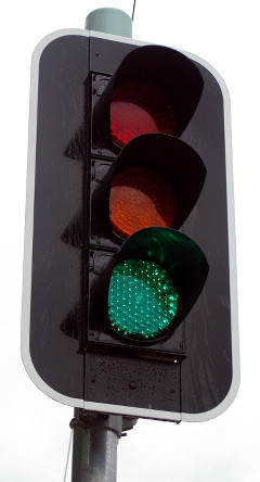 Foto einer modernen Ampel mit grünem Licht