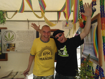 Foto des Stands von Hanfparade und Hanf Museum auf dem lesbisch-schwulen Stadtfest Berlin 2013