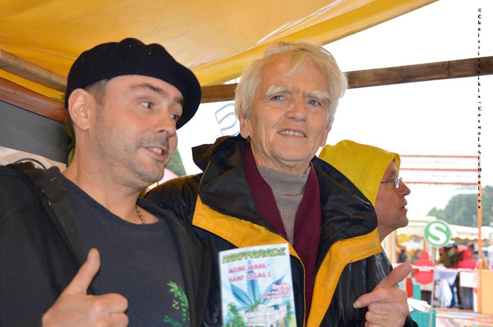 Foto von Pierre mit Hans-Christian Ströbele (MdB Bündnis90/Die Grünen) am Stand der Hanfparade