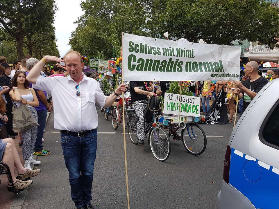 CSD 2017 Fußgruppe der Hänflinge (Hanf Museum, Hanfparade, Deutscher Hanfverband) mit Frontbanner direkt hinter Polizeiauto