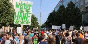 Foto vom Demonstrationszug der Hanfparade durch Berlin mit Blick auf den Berliner Fernsehturm am Alexanderplatz