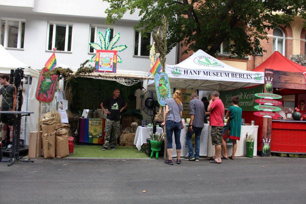 Gemeinsamer Infostand der Hanfparade, des Hanf Museums und des DHV am Lesbisch-schwulen Stadtfest in Berlin 2018