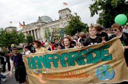"""Hanfparade 2010 – Demonstrationszug mit dem Leittransparent """"Cannabis ist (Welt)Kultur"""" vor dem Reichstag in Berlin"""