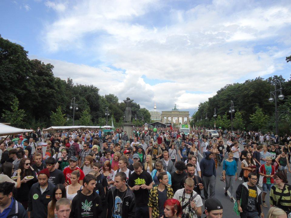 Ankunft der Hanfparade 2012 am Brandenburger Tor / Strasse des 17. Juni