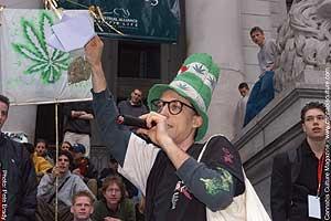 David Malmo-Levine ruft die Masse auf zur Demonstration mit seinem traditionellen 'Stoned Katze in dem Hut'