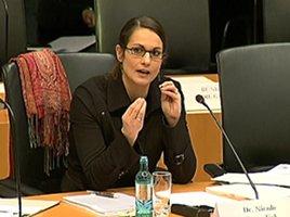 Foto von Dr. Nicole Krumdiek von der Universität Bremen bei der Anhörung im Bundestag zum Thema Cannabis.
