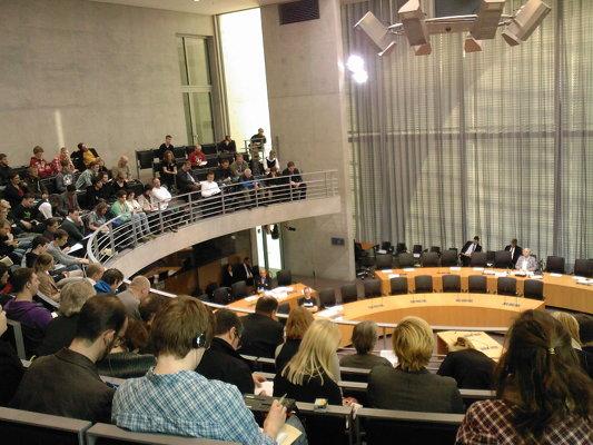 Foto mit Blick von der Zuschauertribüne bei der Anhörung im Bundestag