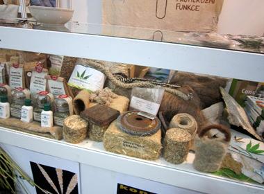 Diverse Hanffasern und Faserprodukte in einer Glasvitrine