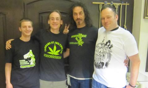 Foto von 4 Hanfparade-Tshirts präsentiert von Mitgliedern des Orga-Teams