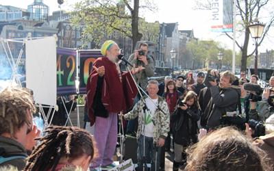 Foto auf die Bühne beim 420 Smoke-Out, Rede des holländischen Samenzüchters Soma