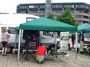 Foto vom Demo-Pavillon der IACM in Bonn mit Dr. Franjo Grotenhermen