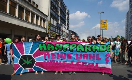 Foto des Fronttransparentes an der Spitze des Demonstrationszugs