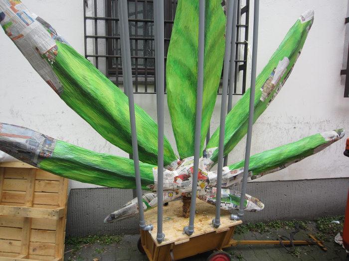Werkstattfoto des großen Hanfblatts der Hanfparade