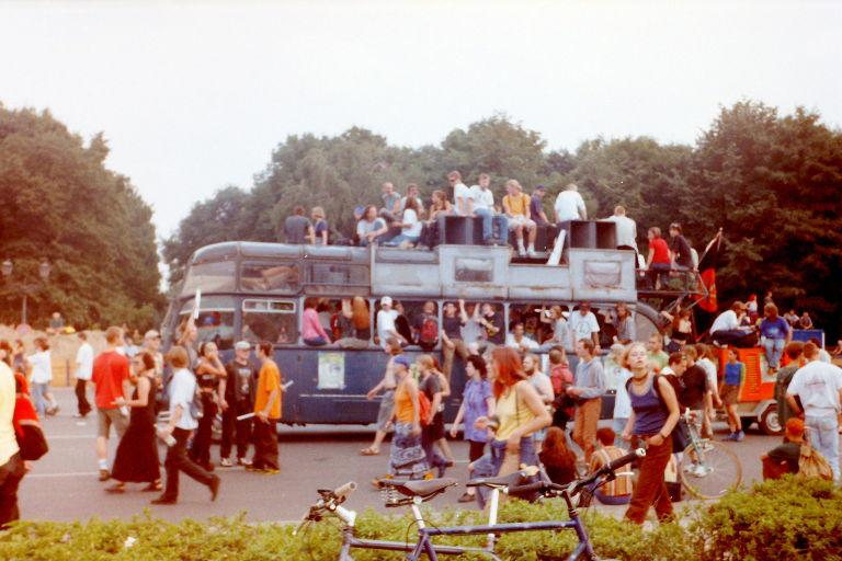 Paradewagen auf der Hanfparade 1997 - Kunterbunter Doppeldecker-Bus
