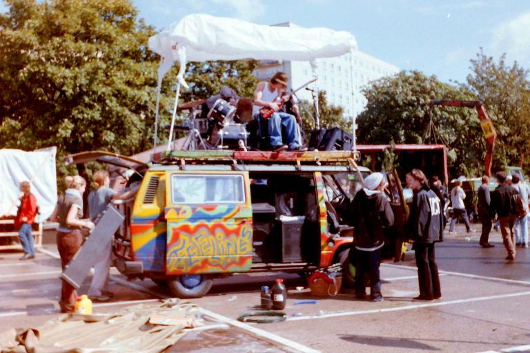Paradewagen auf der Hanfparade 1998 - VW-Bus mit Live-Band auf dem Dach