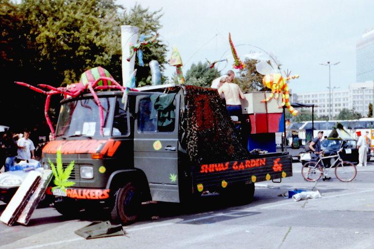 Paradewagen auf der Hanfparade 1999 - Bunt dekorierter Klein-LKW