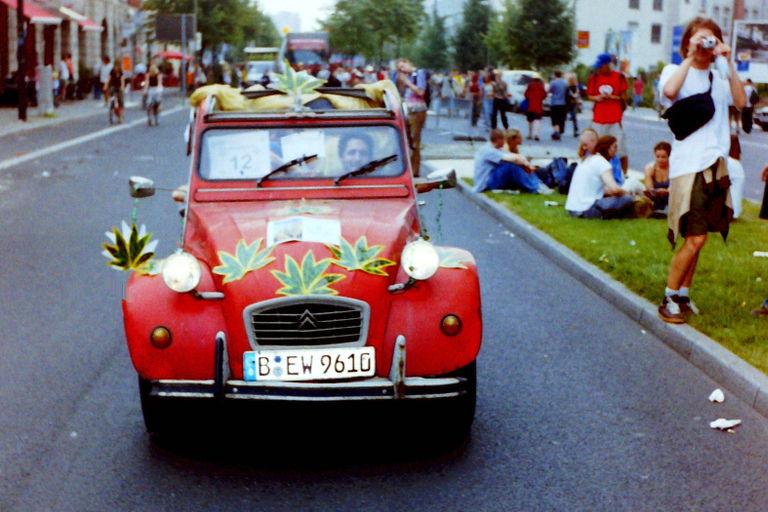 Paradewagen auf der Hanfparade 2002 - Ein PKW Typ Citroën 2CV4 (Ente) mit Hanfblattdeko