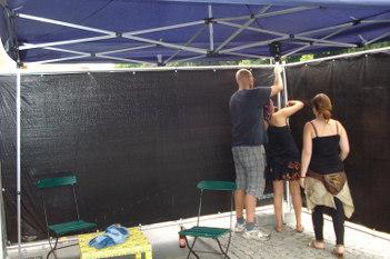 Foto von Helfern, die einen Pavillon aufbauen