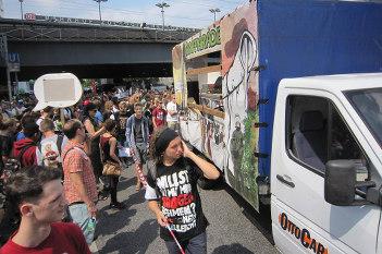 Foto von Ordnern am Paradewagen während des Umzugs