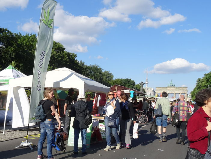 Gut besuchter Hanfparade-Infostand auf dem Umweltfestival 2014