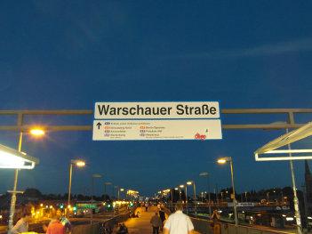 Foto des Eingangs zum S-Bahnhof auf der Warschauer Brücke in Berlin