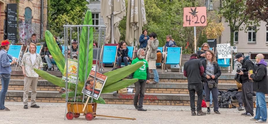 Foto vom Menschen mit einer Hanfblattplastik im Käfig