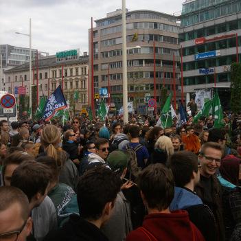 Foto von der Menschenmenge auf dem Hanfwandertag Wien am 2.5.2015