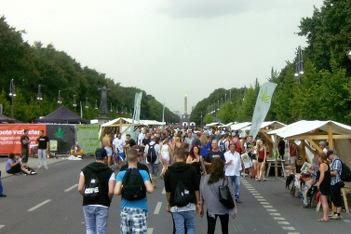 Foto von der Hanfparade 2014: Nutzhanfareal und Forum für Hanfmedizin auf der Straße des 17. Juni in Berlin