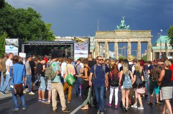 Foto von der Hanfparade 2014 in Berlin: Die Hauptbühne auf der Abschlusskundgebung auf der Straße des 17. Juni vor dem Brandenburger Tor