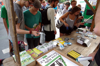 Foto von der Hanfparade 2014: Einer der zahlreichen Infostände auf der Abschlusskundgebung (hier: Grüne Hilfe Netzwerk e.V.)