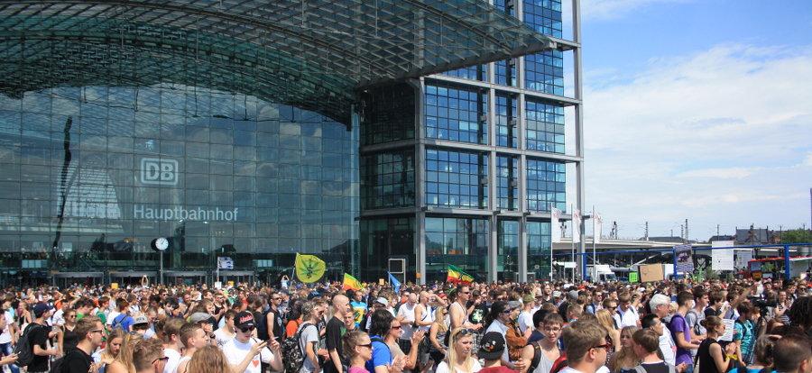 Foto von der Auftaktkundgebung am Hauptbahnhof Berlin