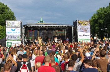 Foto von der Hauptbühne der Hanfparade 2014 mit Livebands und Rednern