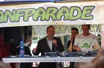Foto von Maximiliam Plenert bei einer Rede auf dem Hanfparade-Wagen 2014