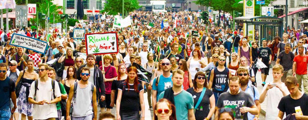 Der Demonstrationszug kurz hinter dem Bahnhof Friedrichstraße